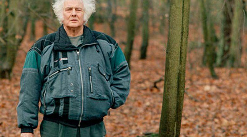 Texel 1995 6 maart Jan Wolkers in het bos (de Dennen bij de Koog) tegenover zijn huis foto Harry Cock. (uitsnede Texel.is)